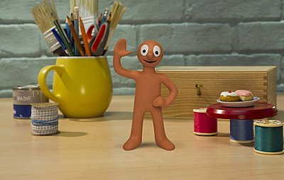 morph animated figure waving while standing on a desk